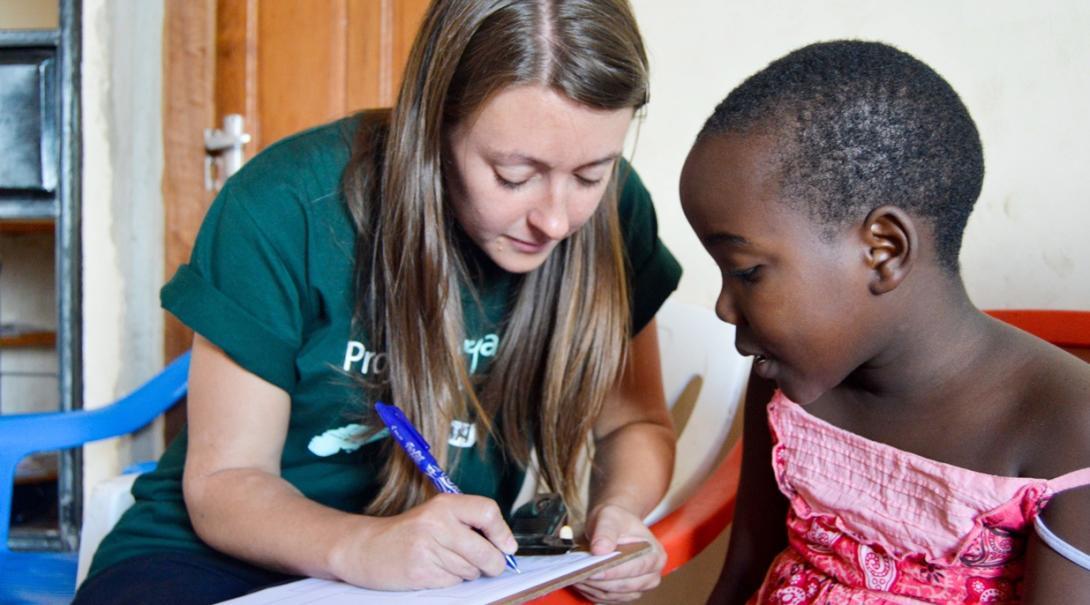 タンザニアで小児患者の進歩を記録する作業療法インターン